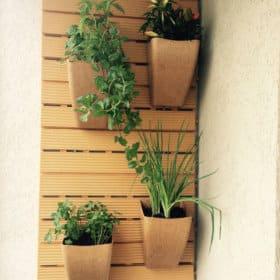 Revestimento modular de parede com cachepô em sacada
