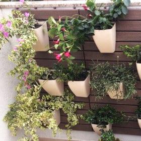 Revestimento modular de parede com cachepô com flores