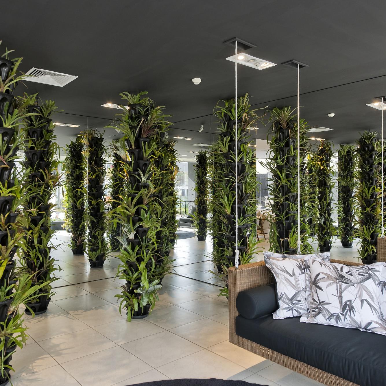 Colunas de plantas com vasos empilháveis