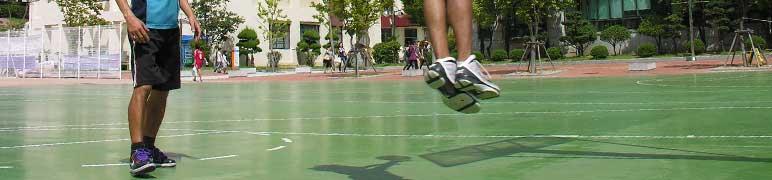 quadra com jogador pulando impacto