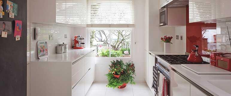 Detalhes vermelhos na cozinha