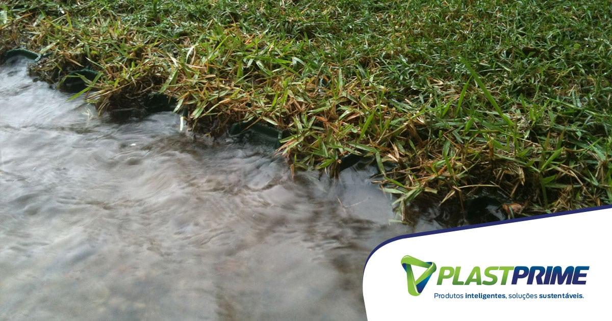 Como evitar poças em áreas abertas na época das chuvas?